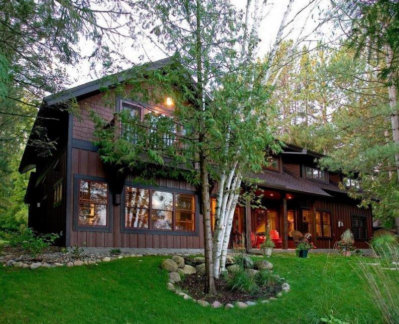 Уютный деревянный дом в лесу