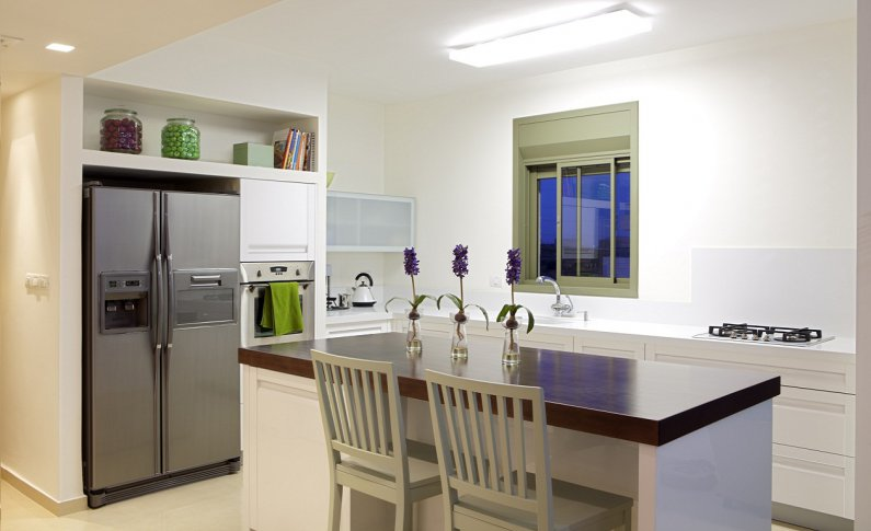 Ставим холодильник в нишу для экономии места на кухне