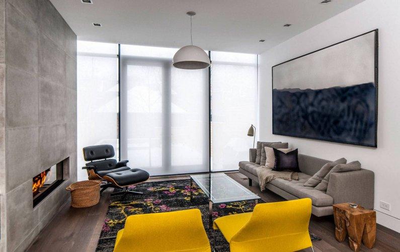 Гостиная серого цвета с камином и яркой мебелью