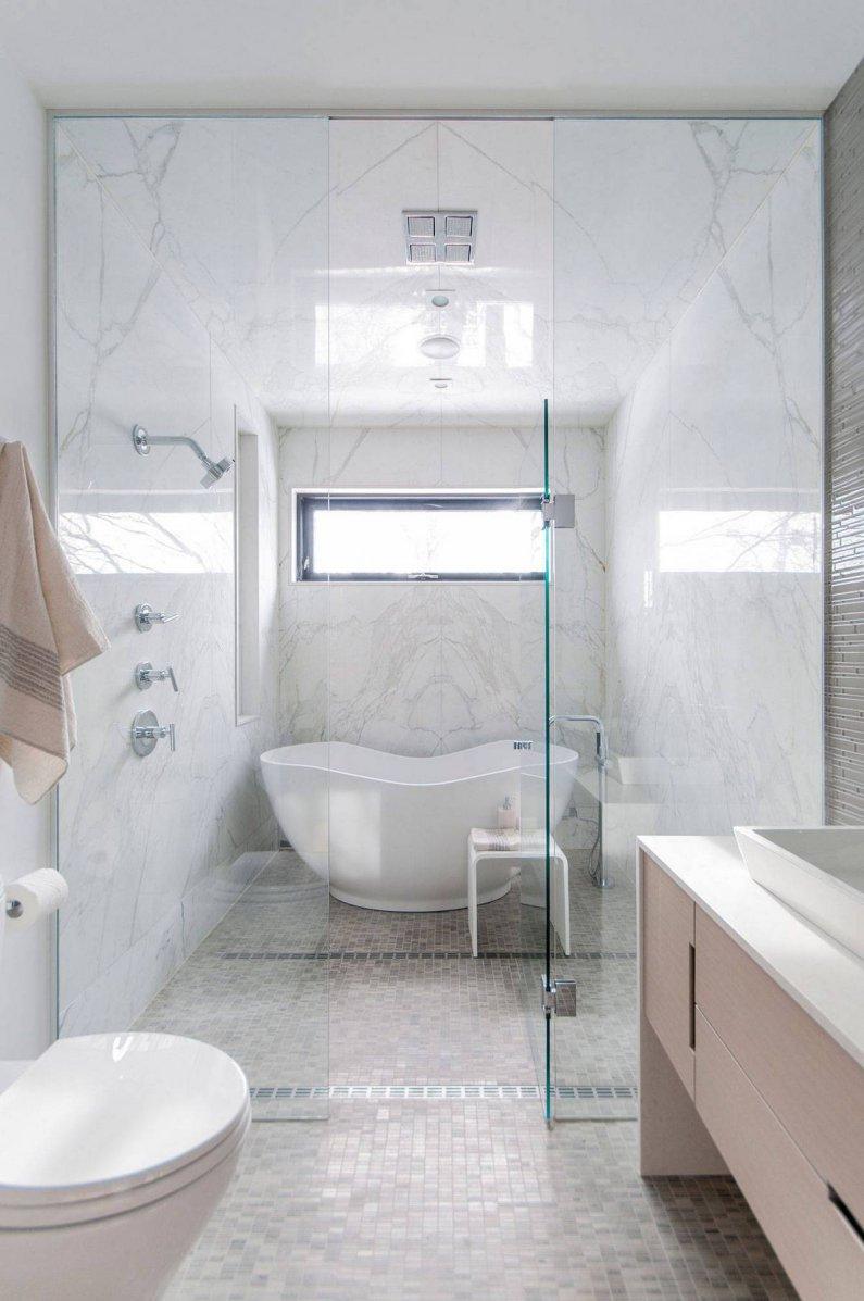 Светлая ванная комната в современной квартире