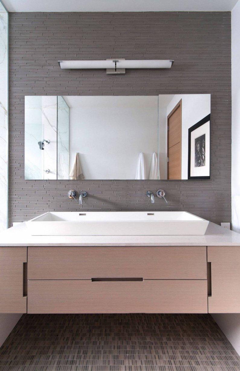 Светлая ванная комната с подвисной раковиной