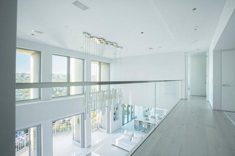 Вид на гостиную со второго уровня пентхауса