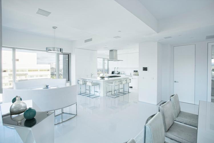 Большая белая кухня совмещенная со столовой