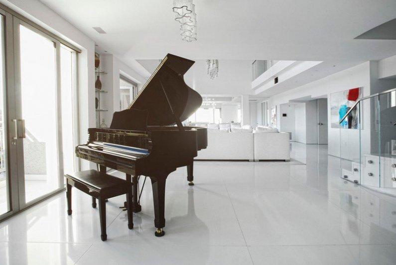 Рояль в центре гостиной фото