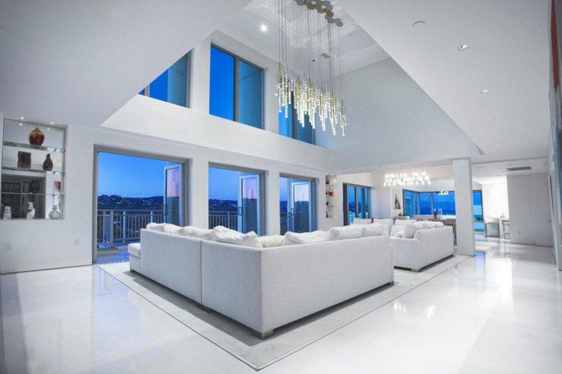Просторная гостиная пентхауса в белых цветах фото