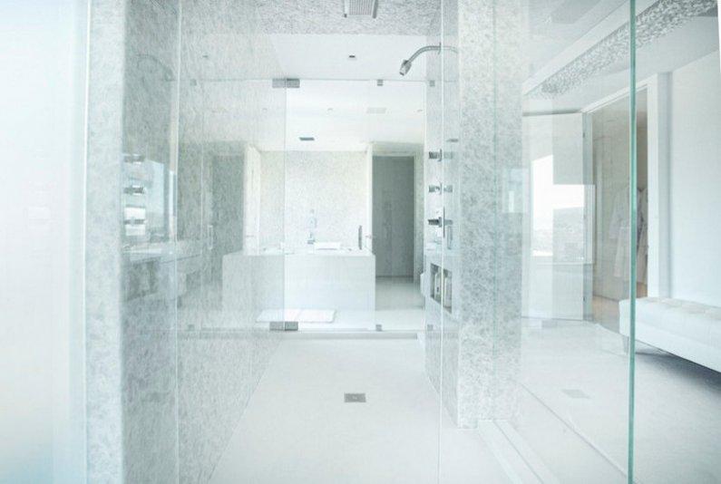 Изобилие стеклянных перегородок в ванной